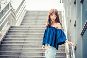 Фото Азиатка Лестница Позирует Блузка Джинсы Размытый фон молодые женщины