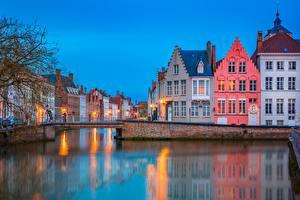 Обои Бельгия Брюгге Вечер Здания Мосты Водный канал город