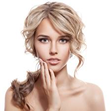 Обои Блондинка Фотомодель Красивые Макияж Рука Смотрят Белом фоне Лицо Русая Девушки