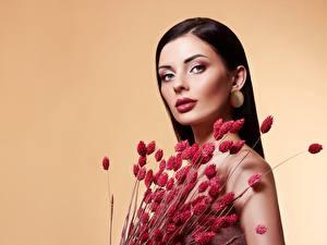 Фотографии Букеты Модель Красивая Косметика на лице Взгляд Цветной фон молодые женщины