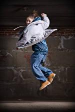 Фото Шатенка Прыжок Танцуют Куртка девушка