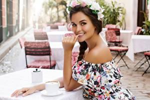 Фотография Кафе Стол Улыбка Руки Смотрит Венок молодая женщина