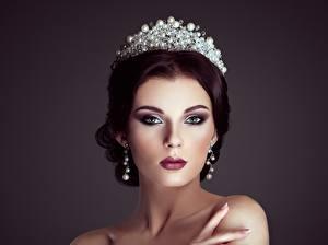 Фотография Корона Модель Причёска Косметика на лице Серьги Смотрят Красивые молодые женщины