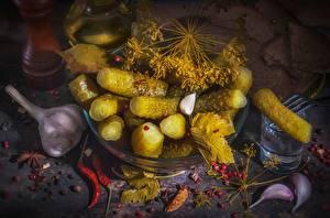 Обои Огурцы Укроп Чеснок Острый перец чили Водка Хлеб Рюмка Продукты питания