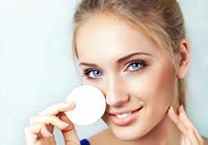 Фотографии Глаза Модель Красивые Косметика на лице Лицо Смотрит молодая женщина