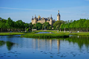 Картинки Германия Замок Пруд Башня Деревья Schwerin Castle, Mecklenburg-Vorpommern город
