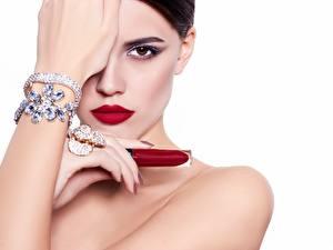Обои Губная помада Браслет Украшения Модель Косметика на лице Руки Смотрит Белом фоне Девушки