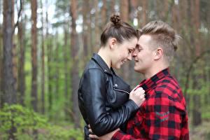 Картинки Мужчина Влюбленные пары Двое Обнимает Куртка Шатенки Девушки