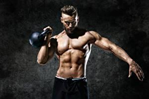 Фото Мужчины Фитнес Живот Мускулы Руки Гиря спортивный