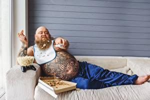 Фото Мужчина Пицца Диване Сидящие Жирный Живот Татуировка Бородой