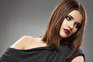Фотография Модель Шатенка Красивые Косметика на лице Сером фоне Красные губы Причёска Девушки