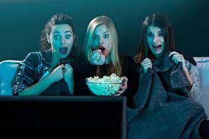 Фотографии Попкорн Смотрят Телевизор Трое 3 Страх Девушки