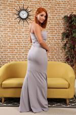 Фотографии Robyn J Диване Рыжая Смотрят Платья молодая женщина