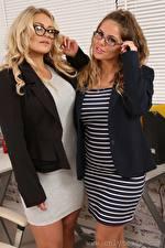 Фотография Siobhan Graves Amy S Only Секретарша 2 Блондинки Шатенка Очках Руки молодая женщина