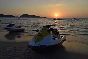 Обои для рабочего стола Рассветы и закаты Море Водный скутер Пляж Солнце Природа