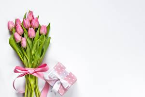 Фото Тюльпаны Букет Бантики Коробка Подарки Розовая Шаблон поздравительной открытки Цветы