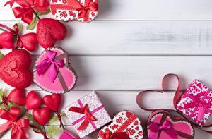 Картинки День святого Валентина Подарки Коробки Серце Доски Шаблон поздравительной открытки