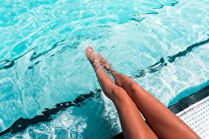 Картинка Воде Плавательный бассейн Ног Красивые молодая женщина