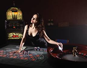 Фотография Казино Шатенка Платья Смотрят Руки Столы roulette