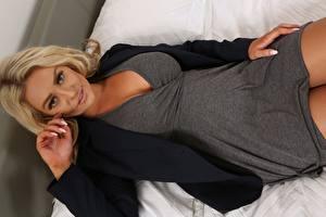 Картинки Amy S Only Блондинки Лежит Взгляд Рука девушка