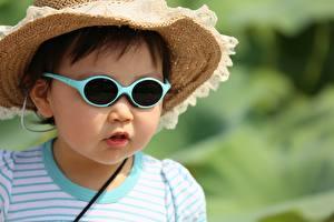 Обои Азиатки Размытый фон Шляпы Очков ребёнок