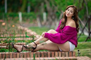 Фотография Азиатка Шатенки Сидя Ноги Шорты Взгляд Боке девушка