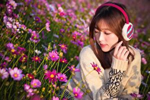 Фотографии Азиатки Шатенка Свитер Руки Наушники молодая женщина