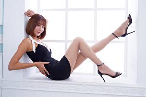 Картинки Азиатки Шатенка Окна Ноги Смотрит