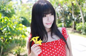 Фото Азиаты Брюнетки Взгляд Улыбка Размытый фон Волосы девушка