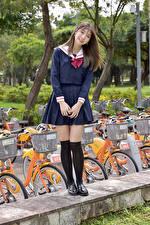 Фотографии Азиатка Улыбка Школьницы Взгляд Шатенка девушка