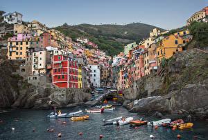 Картинка Лодки Италия Парки Чинкве-Терре парк Скале Бухты Riomaggiore Города
