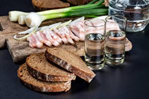 Фото Хлеб Зелёный лук Водка Разделочная доска Сало Нарезанные продукты Рюмка Пища
