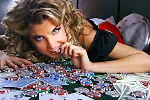 Картинка Игральные карты Деньги Фишки Смотрит Лица Рука Казино девушка