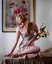 Фотографии Carla Monaco Букет Блондинка Сидит Юбке Майка девушка