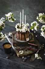 Фотографии Кофе Капучино Торты Свечи Шоколад Цветущие деревья Доски Стакан Ветки Цветы