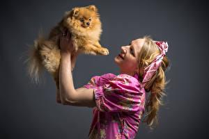 Обои Собака Рыжая Улыбка Рука Шпиц молодая женщина Животные