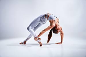 Обои Фитнес Гимнастика Позирует Растяжка упражнение Рука Ноги молодая женщина