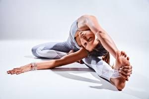 Картинки Фитнес Гимнастика Растяжка упражнение Сидящие Руки Ноги Девушки Спорт