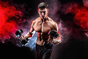 Картинка Фитнес Мужчины Бодибилдинг Живота Рука Мышцы Гантелями Дымит Спорт