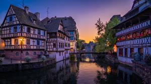 Фото Франция Страсбург Вечер Дома Мосты Водный канал Города