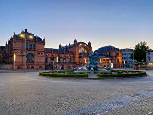 Фотографии Германия Здания Фонтаны Вечер Скульптуры Городская площадь Уличные фонари Schwerin Города