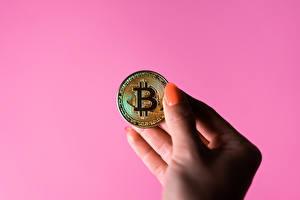 Фото Деньги Монеты Bitcoin Рука Маникюр Розовый фон