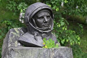 Фотографии Памятники Астронавт Юрий Алексеевич Гагарин