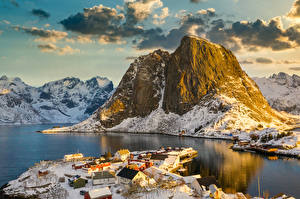 Обои для рабочего стола Норвегия Лофотенские острова Горы Здания Зимние Заливы Деревня Снеге Природа