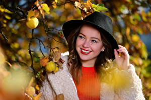 Картинки Шляпа Милые Улыбка Ветка Листва Размытый фон Selina девушка