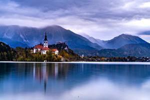 Обои для рабочего стола Словения Озеро Гора Берег Дома Lake Bled Природа