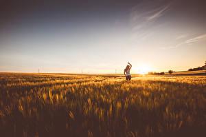 Фотографии Рассвет и закат Поля Горизонт Природа Девушки