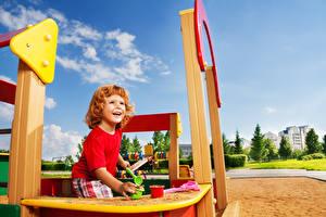 Фотографии Игрушка Мальчик Улыбка Песке Играет ребёнок