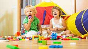 Картинки Игрушки Двое Мальчишка Счастливые Дети