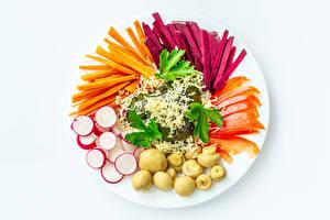 Фотография Овощи Грибы Редис Морковка Свёкла Белом фоне Тарелка Нарезанные продукты Еда